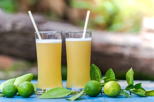 Jus de citron sur une table en bois