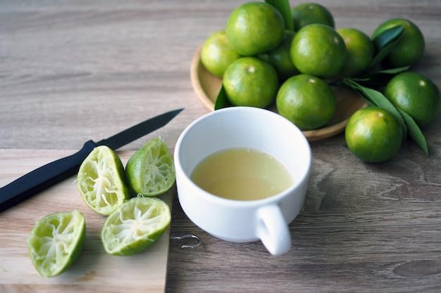 Jus de citron vert fraîchement préparé dans le verre
