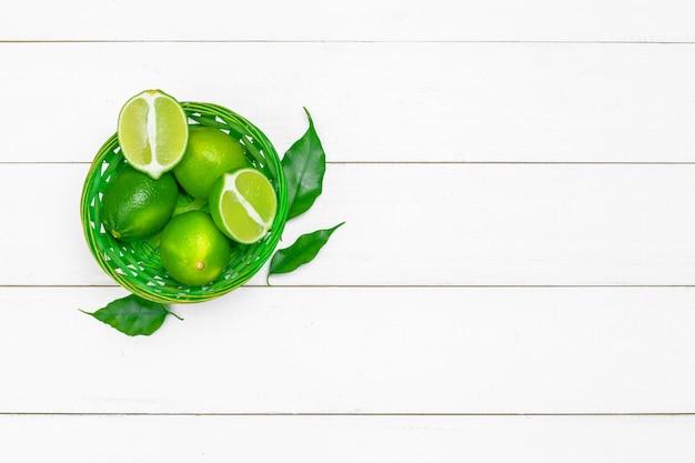 Jus de citron vert avec des tranches de citron vert sur fond de table en bois