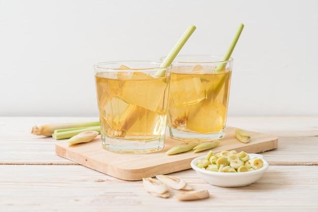 Jus de citronnelle glacé sur table en bois