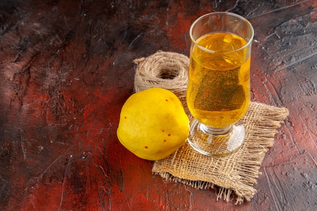 Jus de coing vue de face sur fond sombre limonade de couleur mûre de fruits