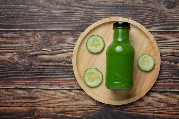 Jus de concombre frais dans un bocal sur fond de bois foncé