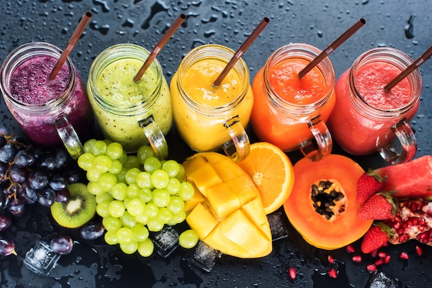 Jus de couleur frais smoothie fruits tropicaux multi