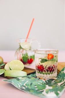 Jus frais avec fruits sur planche à découper