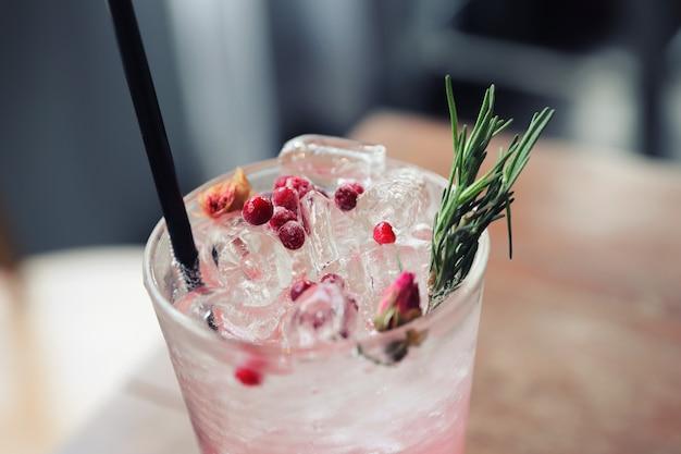Jus de fraise cocktail avec soda sur fond de bois