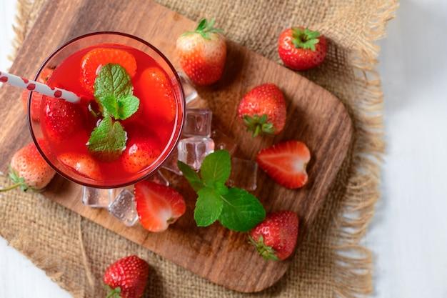 Jus de fraise et menthe sur bloc de bois,