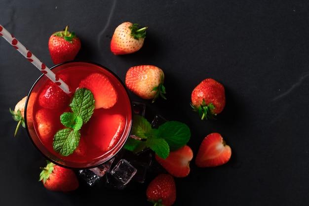 Jus de fraise et menthe poivrée sur le dessus