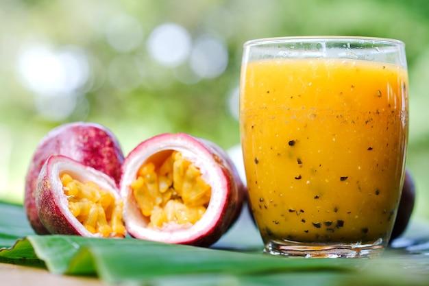 Jus de fruit de la passion en gros plan et fruit de la demi-passion sur la table le concept d'une alimentation saine.