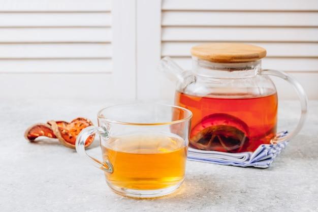 Jus de fruits bael ou thé de coing et fruits en tranches de bael séchés