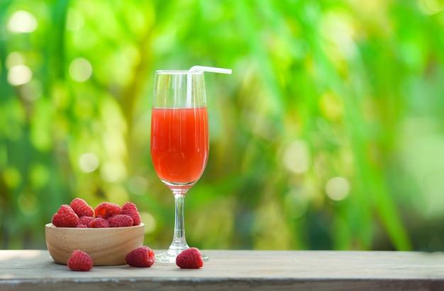 Jus de fruits d'été cocktail de framboises et fruits de framboises fraîches sur un bol en bois