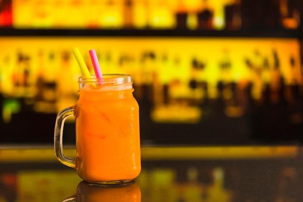 Jus de fruits frais au bar de maçon au comptoir du bar
