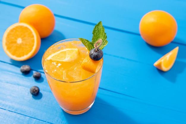 Jus de fruits frais cocktails sans alcool dans les verres