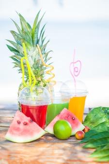 Jus de fruits frais, fruits, ananas, melon d'eau au bord de la mer
