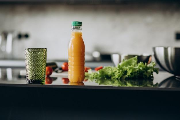 Jus de fruits frais avec de la laitue sur la table de la cuisine