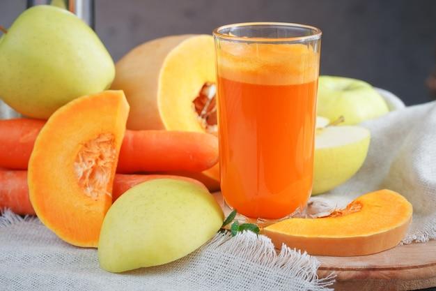 Jus de fruits frais, mélanger les fruits et légumes sur une table en bois