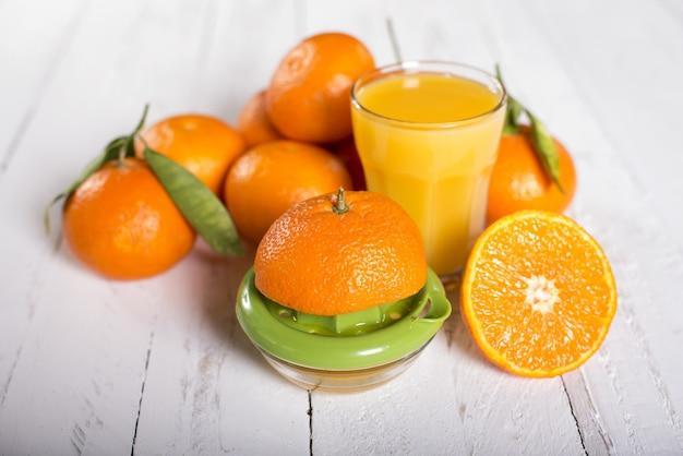 Jus de fruits frais avec des oranges isolés.