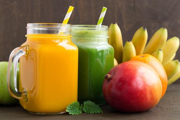 Jus de fruits et de légumes utiles. sur fond sombre.