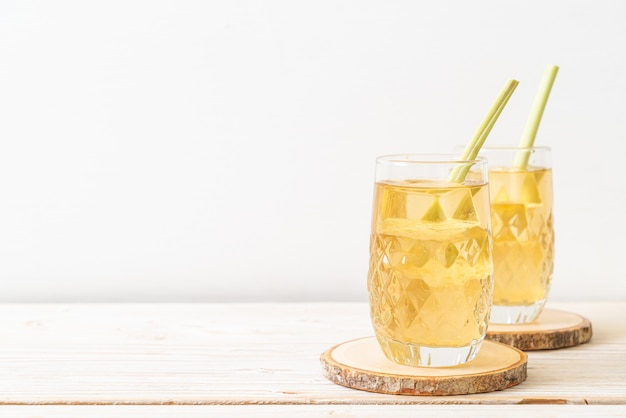 Jus d'herbe de citron glacé