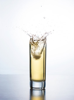 Jus jaune avec splash en verre