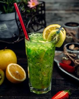 Jus de kiwi frais avec de la glace