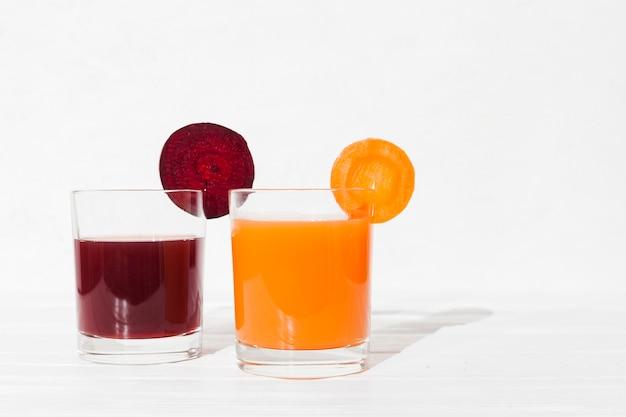 Jus de légumes dans des verres