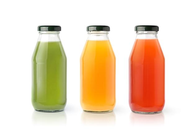 Jus de légumes et de fruits isolés sur une surface blanche