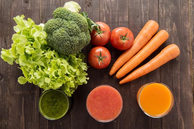 Jus de légumes et smoothie avec des ingrédients frais.