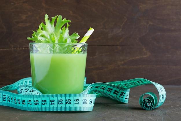 Jus de légumes utile de légumes verts. désintoxication.