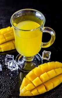 Jus de mangue et mangue fraîche dans un verre
