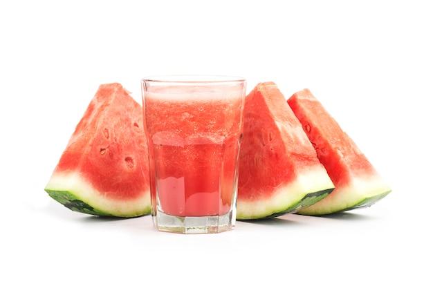 Jus de melon d'eau fraîche isolé sur fond blanc