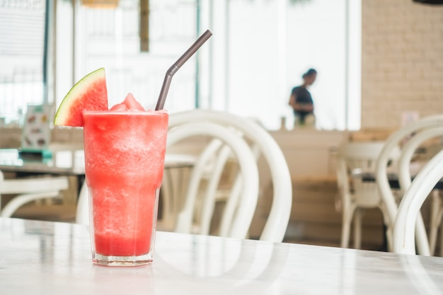 Jus de melon d'eau glacé dans un verre