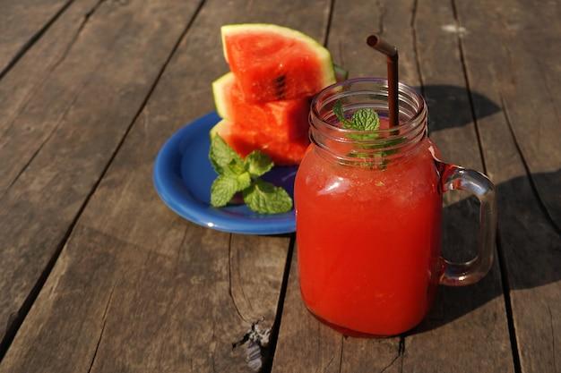 Jus de melon d'eau sur la table en bois