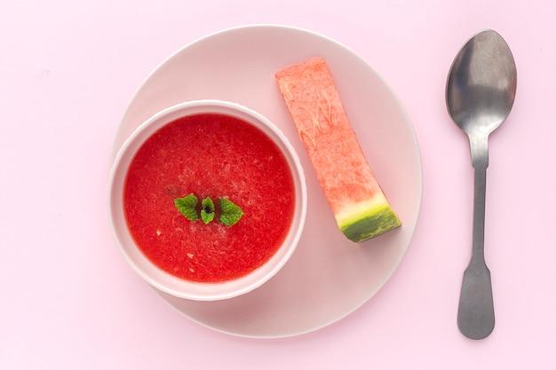 Jus de menthe pastèque fraîche sur fond rose d'en haut