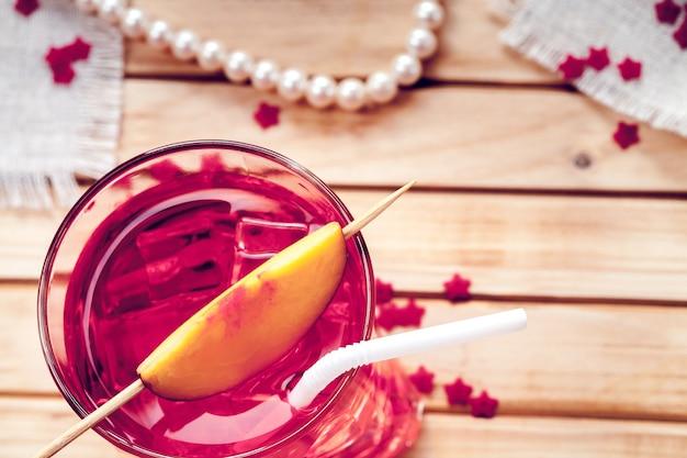Jus de nectarine avec de la glace dans un verre