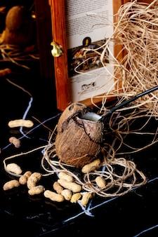 Jus de noix de coco en noix de coco brune avec enveloppe