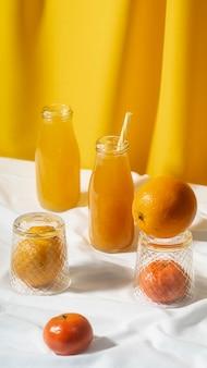 Jus d'orange à angle élevé en arrangement de bouteilles