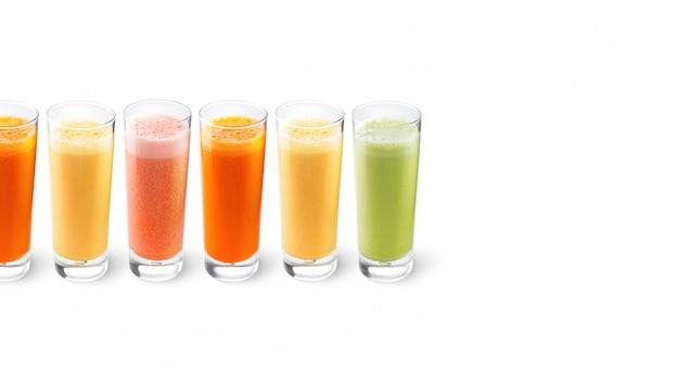 Jus d'orange, de carotte, de céleri et de pamplemousse dans des verres