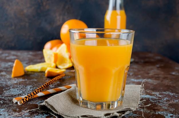 Jus d'orange dans un verre et des morceaux