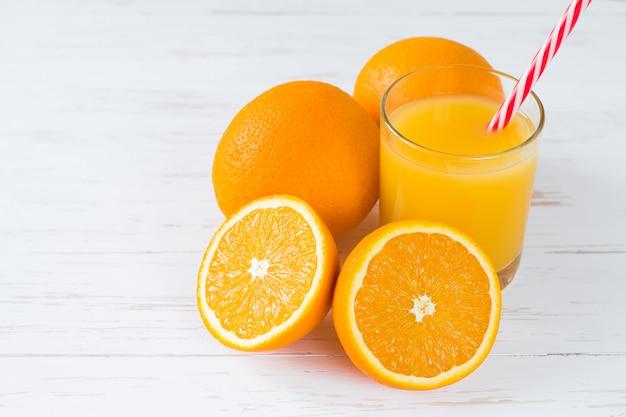 Jus d'orange sur fond en bois blanc avec espace de copie