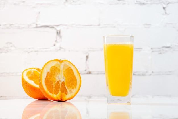 Jus d'orange fraîchement pressé dans un verre sur une table.