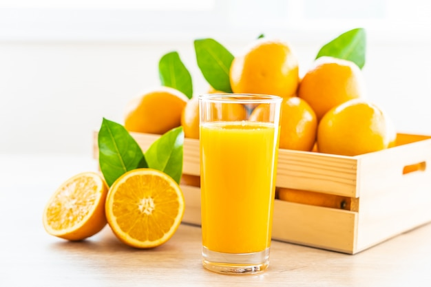 Jus d'orange frais à boire dans un verre à bouteille