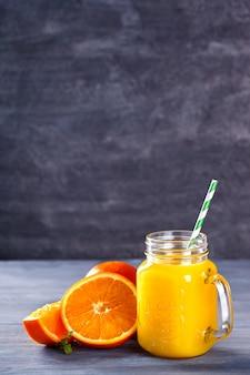 Jus d'orange frais. boisson rafraîchissante en été.