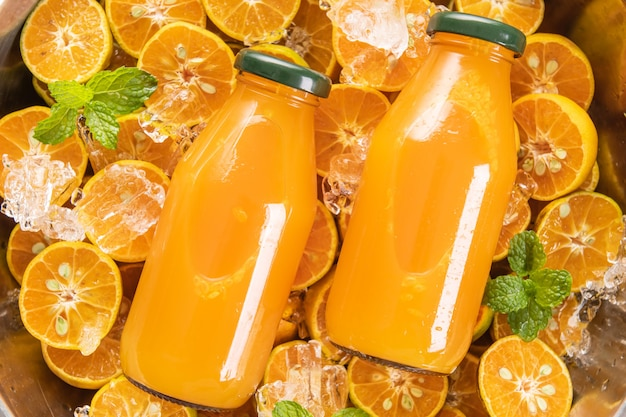 Jus d'orange frais dans un bocal en verre à la menthe, fruits frais. mise au point sélective.