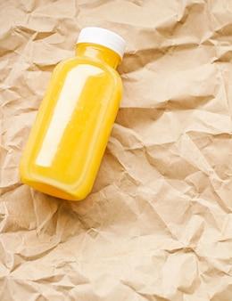 Jus d'orange frais dans une bouteille en plastique recyclable respectueuse de l'environnement et emballage de boissons saines et de pro...