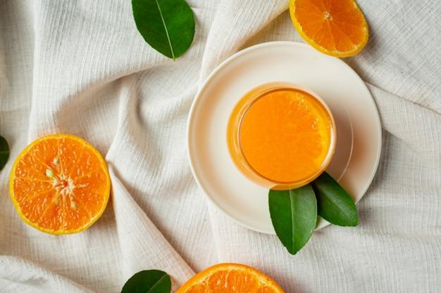 Jus d'orange frais dans le verre sur fond de marbre