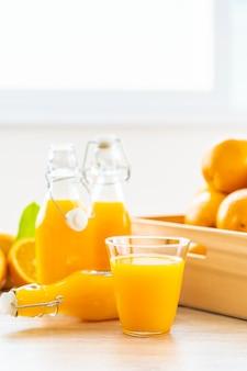 Jus d'orange frais pour boire dans une bouteille en verre