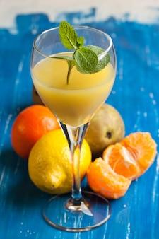 Jus d'orange et fruits frais