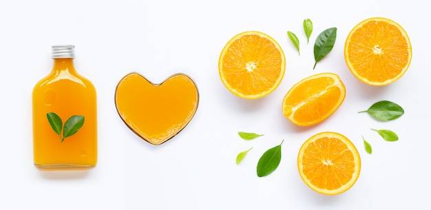 Jus d'orange avec fruits orange sur fond blanc.