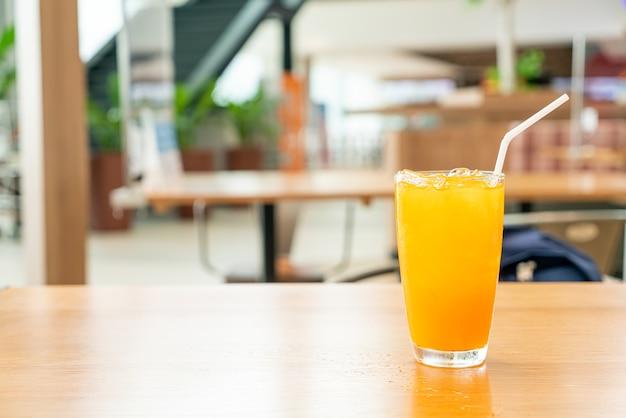Jus d'orange glacé sur table en bois au café-restaurant