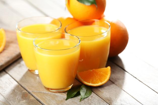 Jus d'orange sur gros plan de table